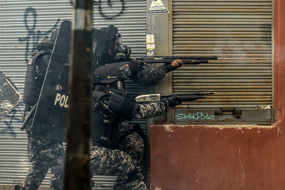 Policías ataca a manifestantes.