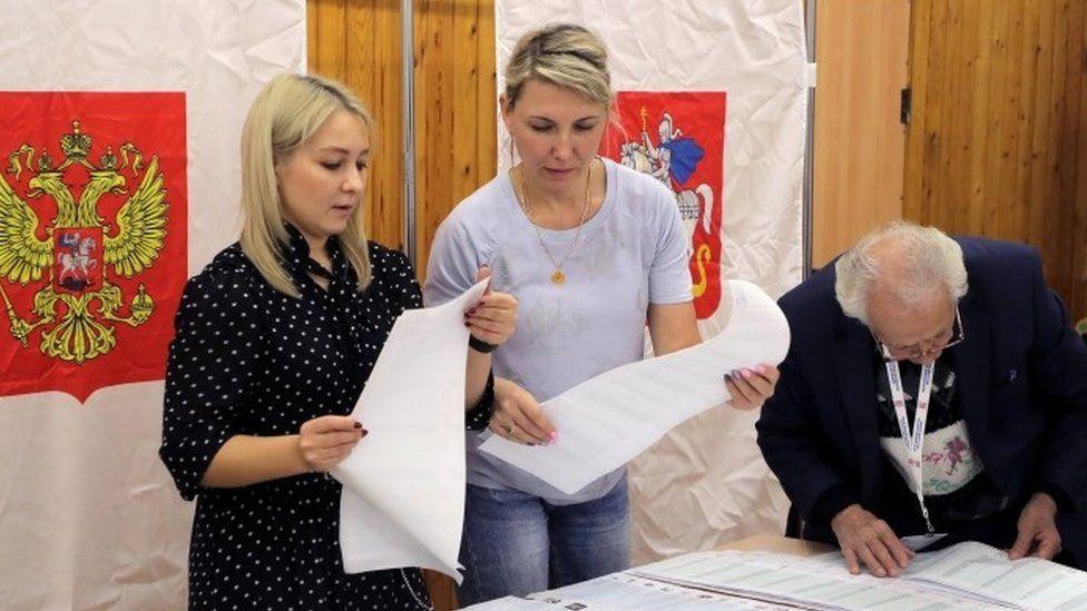 يقوم أعضاء لجنة الانتخابات المحلية بفرز الأصوات في مركز اقتراع