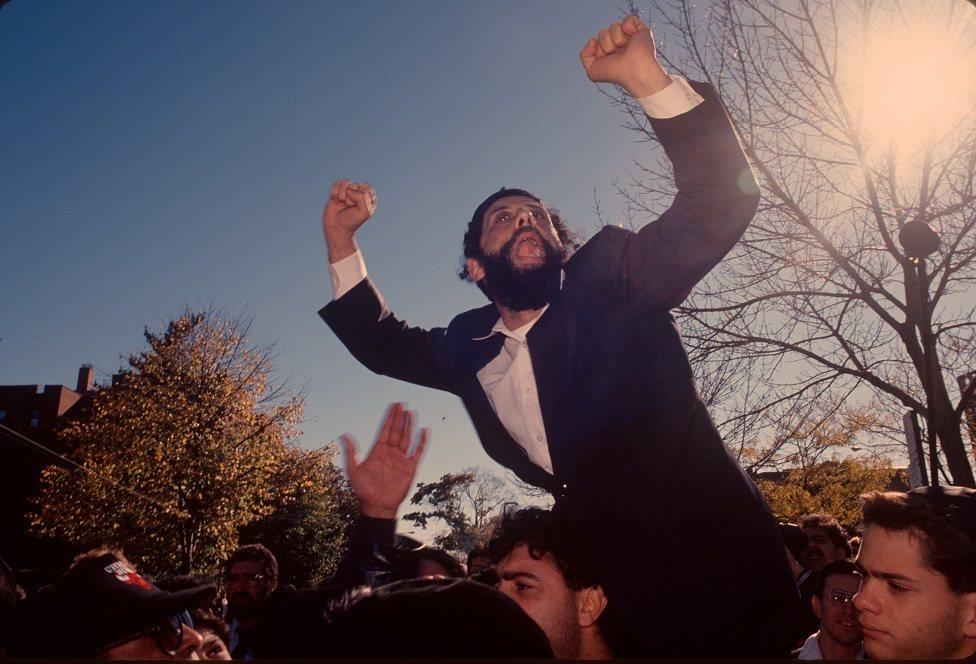 يهود متعصبون في مراسم جنازة الحاخام كاهانا في بروكلين بنيويورك والتي أقيمت في السادس من نوفمبر تشرين الثاني 1990