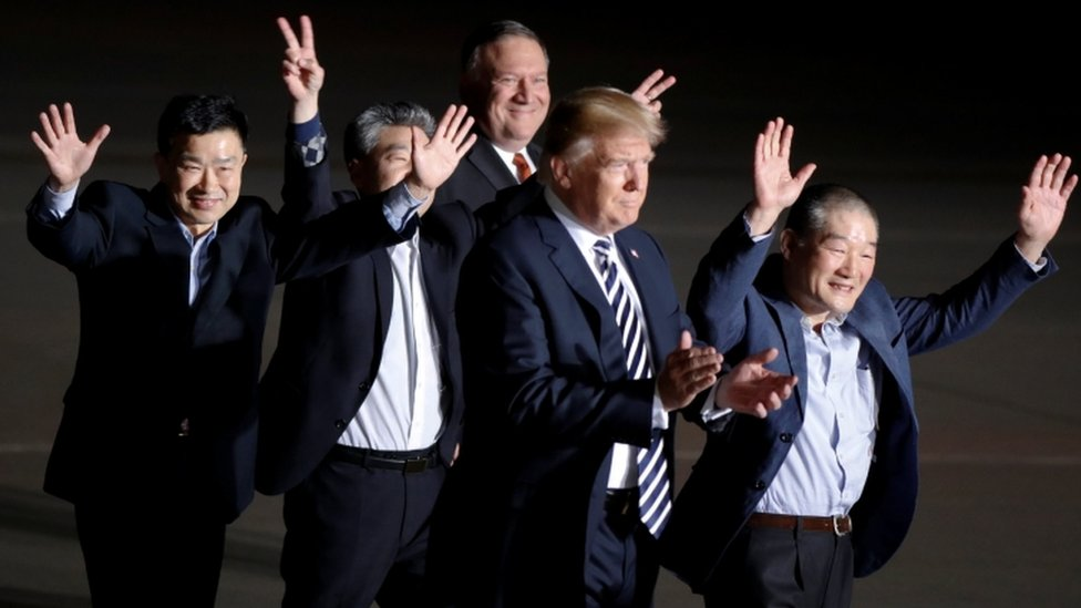 Donald Trump y Mike Pompeo dan la bienvenida a los tres estadounidenses liberados por Corea del Norte.