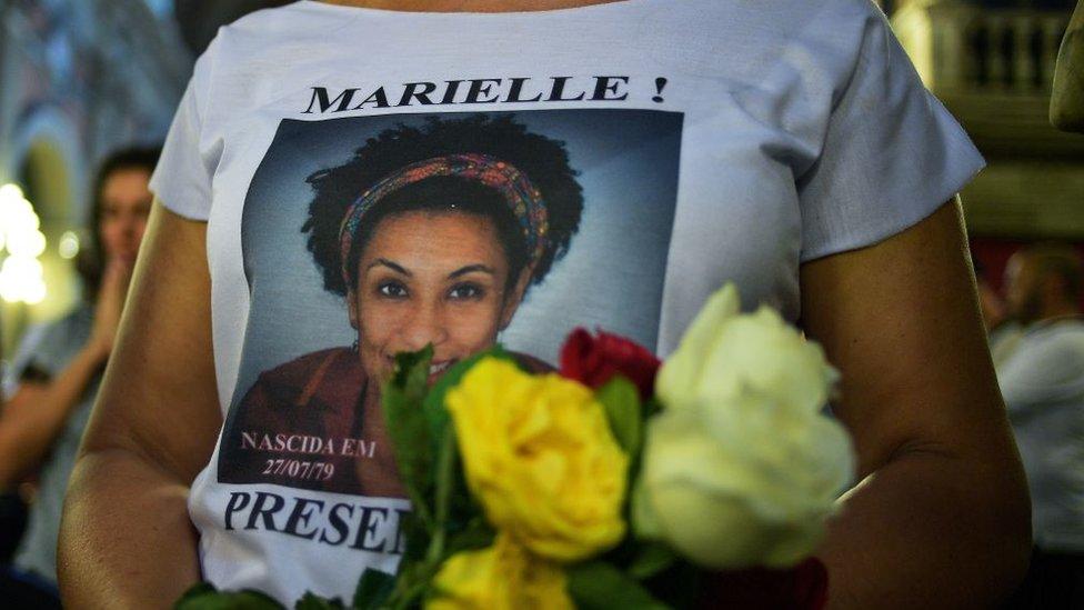 Una mujer con una camiseta con la foto de Marielle Franco durante un acto por el primer aniversario del asesinato de la activista.