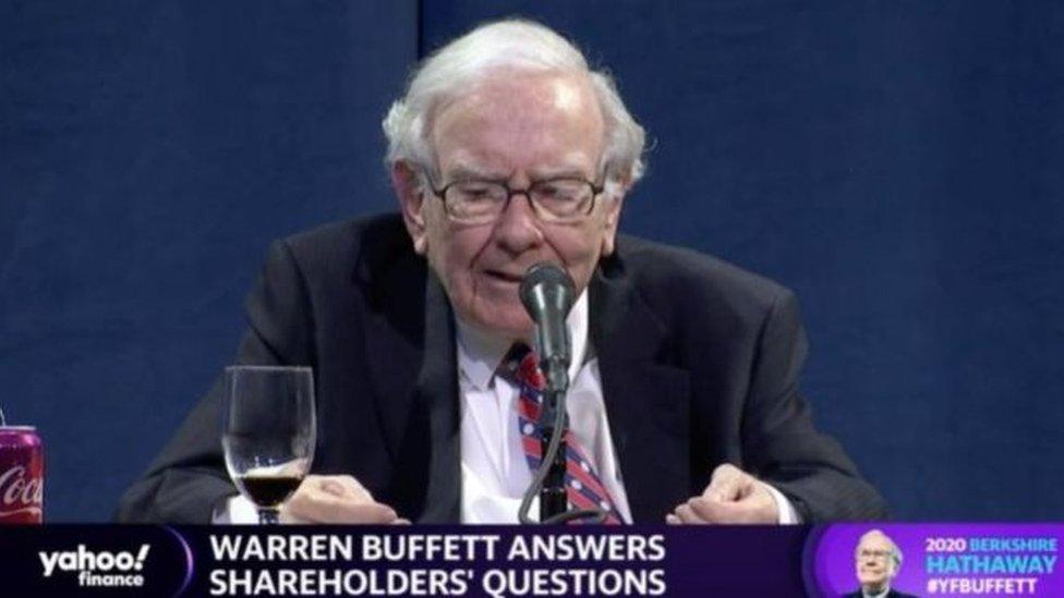 Warren Buffett hizo el anuncio durante la junta anual de accionistas de Berkshire Hathaway.