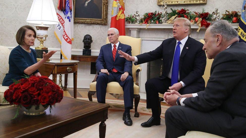Donald Trump y su vicepresidente Mike Pence discuten en la Casa Blanca con los líderes demócratas Nancy Pelosi y Chuck Schumer