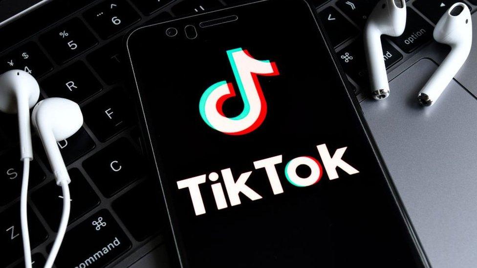 شعار تطبييق تيك توك على هاتف محمول