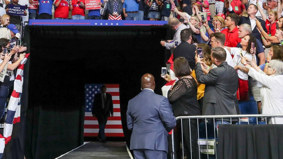 A US Secret Service agent watches President Donald Trump arrive at a campaign rally in Tulsa, Oklahoma (20 June 2020)