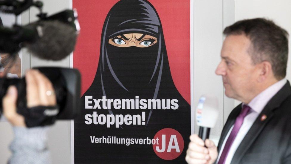 ملصق لصورة سيدة ترتدي النقاب في سويسرا