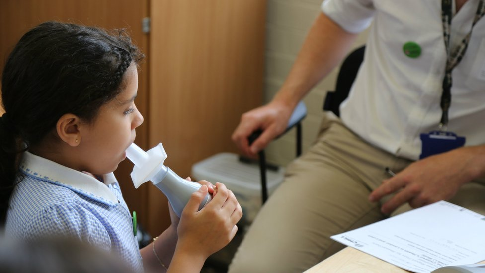 Pollution linked to 'stunted lung capacity' in London schoolchildren