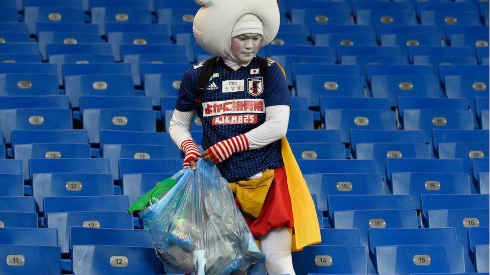 Un fanático del fútbol japonés limpia el estadio tras la finalización del partido Bélgica - Japón en el Rusia 2018.