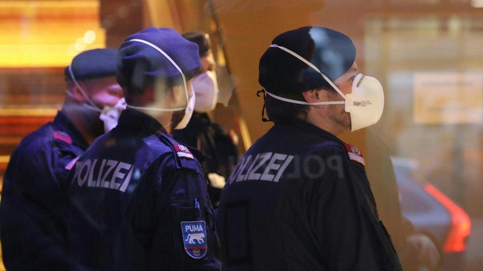 الشرطة ترتدي كمامات في فندق في انسبروك، النمسا