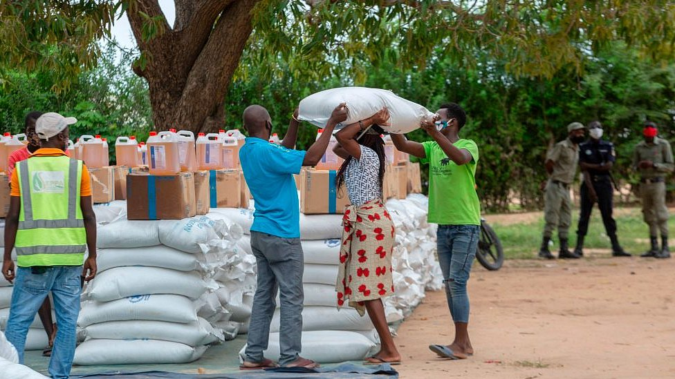 Distribución del Programa Mundial de Alimentos de las Naciones Unidas en una escuela del distrito de Matuge, en el norte de Mozambique, 24 de febrero de 2021