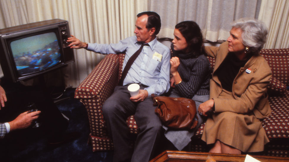La familia Bush mira la televisión