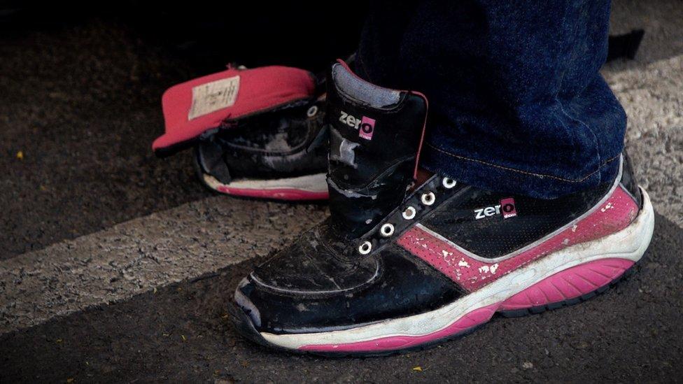Los zapatos de Rosario Zabala después de haber cruzado la frontera desde México.