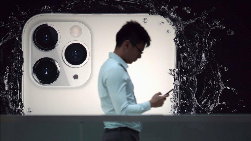 Un usuario con el nuevo iPhone 11 Pro Max