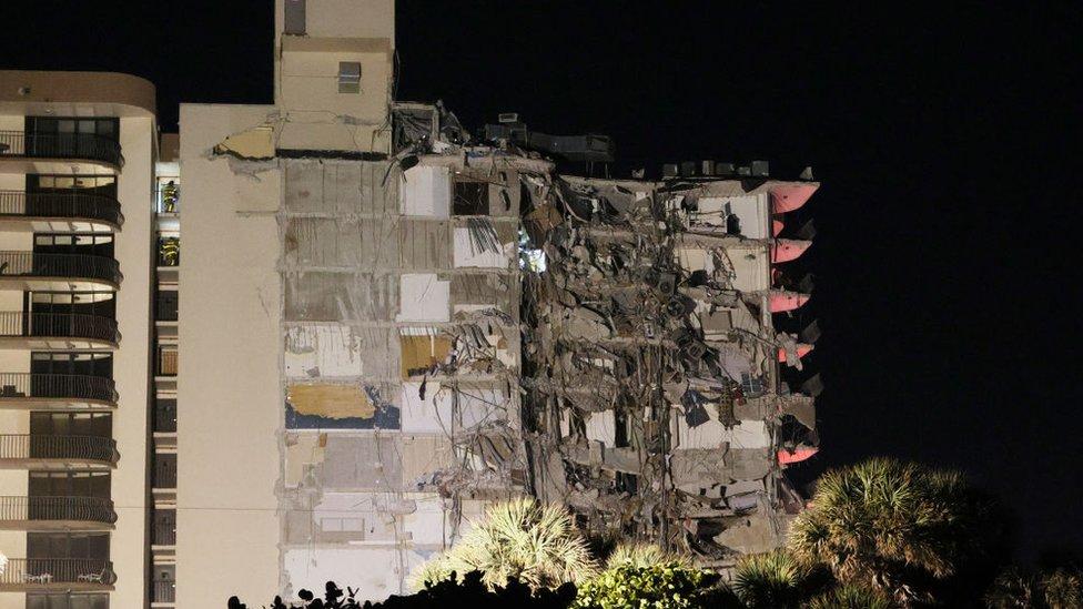 В Майами обрушилось многоэтажное здание. Спасатели ищут выживших в развалинах