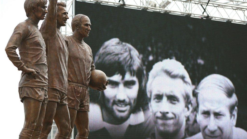Statue Džordža Denisa Loua i Bobija Čarltona ispred Old Traforda
