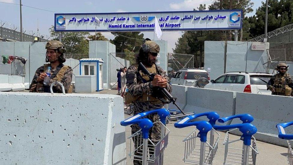 Milicianos talibanes vigilan la entrada al aeropuerto de Kabul.