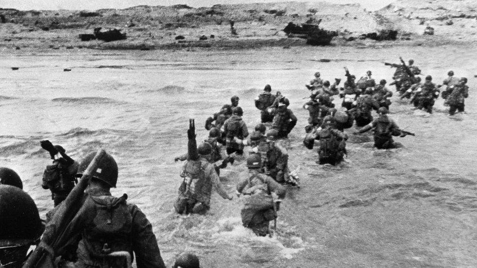 Tropas estadounidenses desembarcando en Normandía.