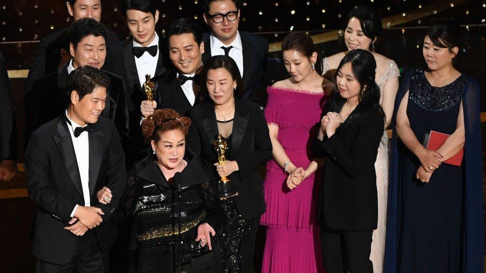 Miky Lee y el equipo de Parasite en los Oscar.