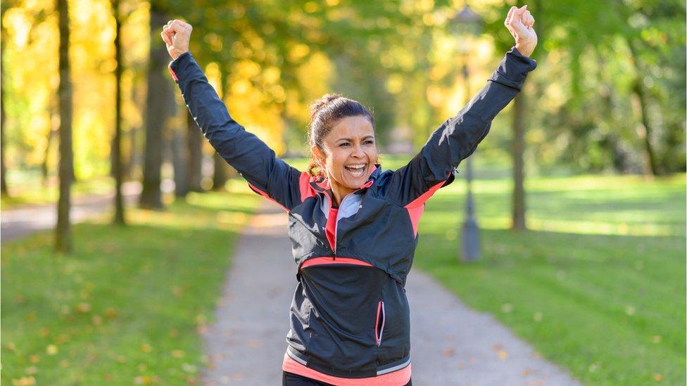 Mujer celebrando después de hacer ejercicio