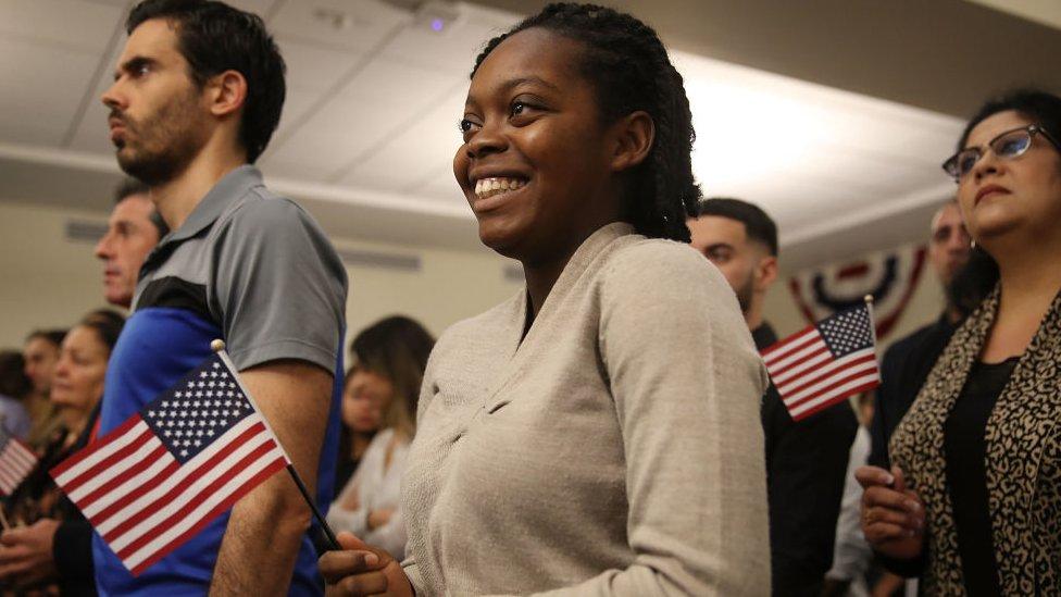 Elisabeth Volmar, originaria de Haití, adopta la nacionalidad estadounidenses en una ceremonia de naturalización en Florida en 2018.