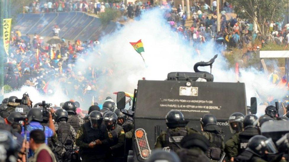Un enfrentamiento entre policías y manifestantes en Bolivia