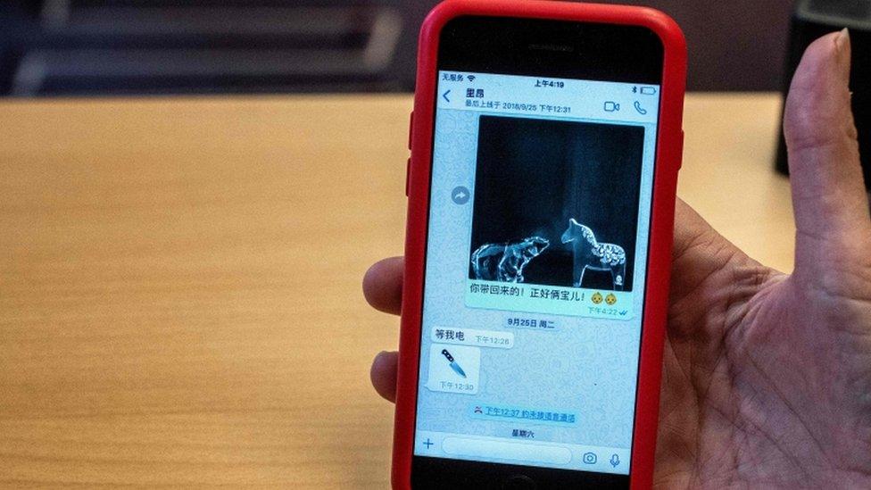 Foto del teléfono celular con la imagen del emoji del cuchillo.