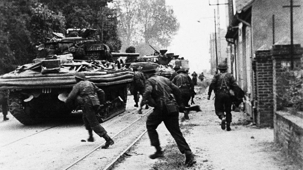 Un tanque DD durante la invasión a Normandía