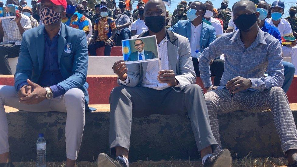 مواطنون من موزمبيق ينتظرون لتحية الرئيس الرواندي الذي حررت قواته كابو ديلغادو