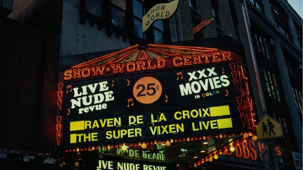 Neonska reklama sa šou u Vorld Centru u Njujorku