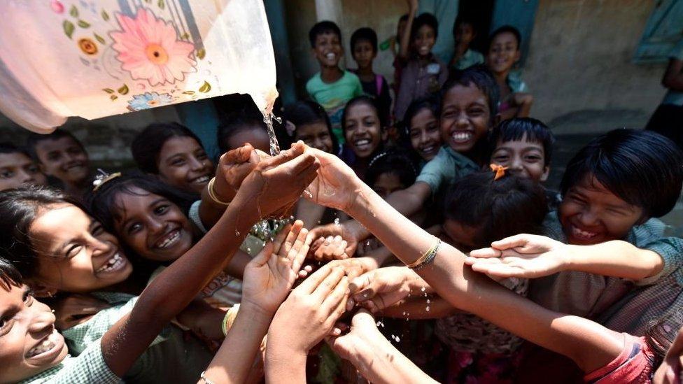 Anak-anak di India dalam upacara mencuci tangan.