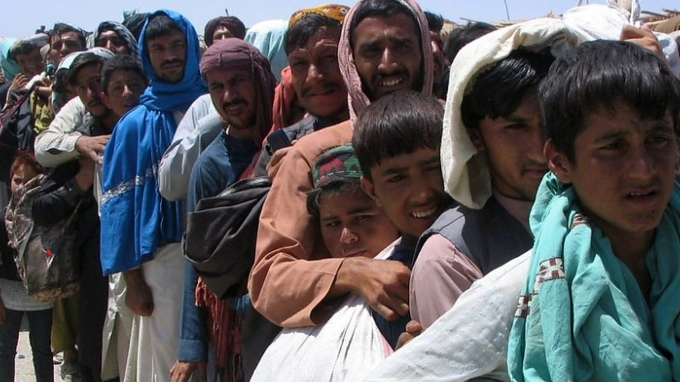 Afganos tratando de salir de Kabul