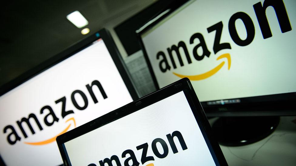 Pantallas con el logo de Amazon
