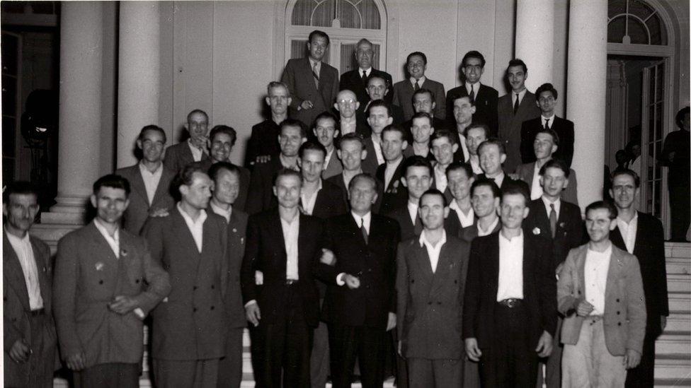 Grupna fotografija inicijatora visoke produktivnosti okupljenih oko Tita na stepeništu Belog dvora