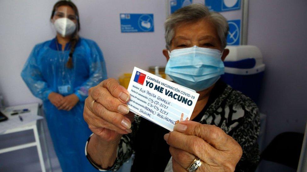 Mulher após ser vacinada no Chile