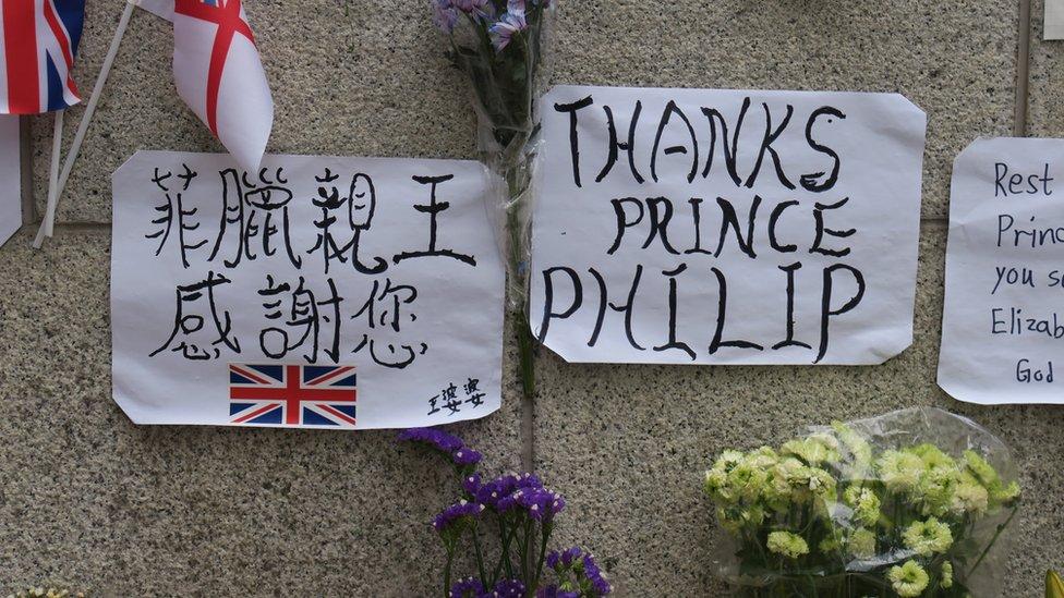 悼念民眾在英國駐香港總領事館外貼上「菲臘親王感謝您」標語牌悼念菲利普親王(14/4/2021)