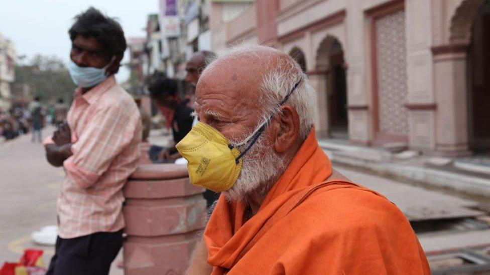 Hindistan'da yaşlıların büyük kısmı gelirlerini kaybetti.