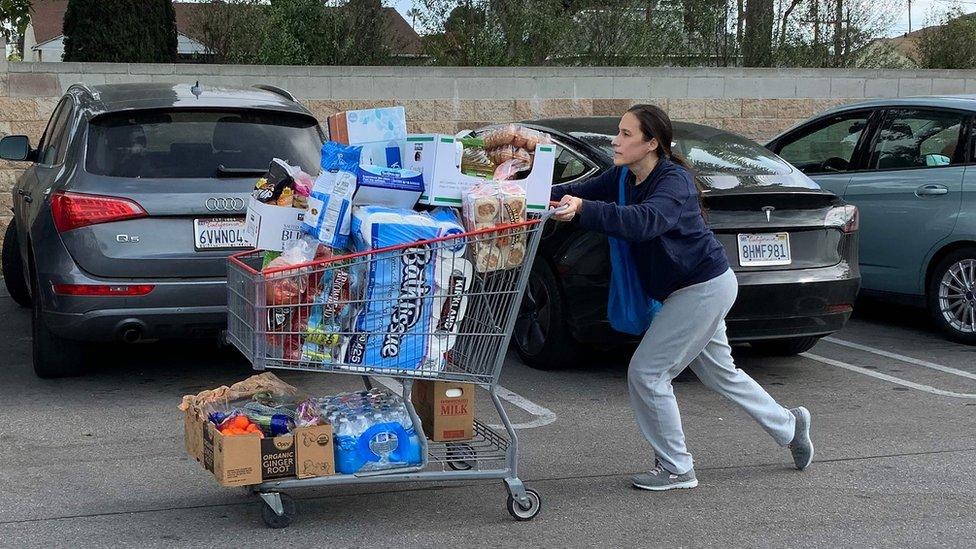 Žena napušta supermarket u