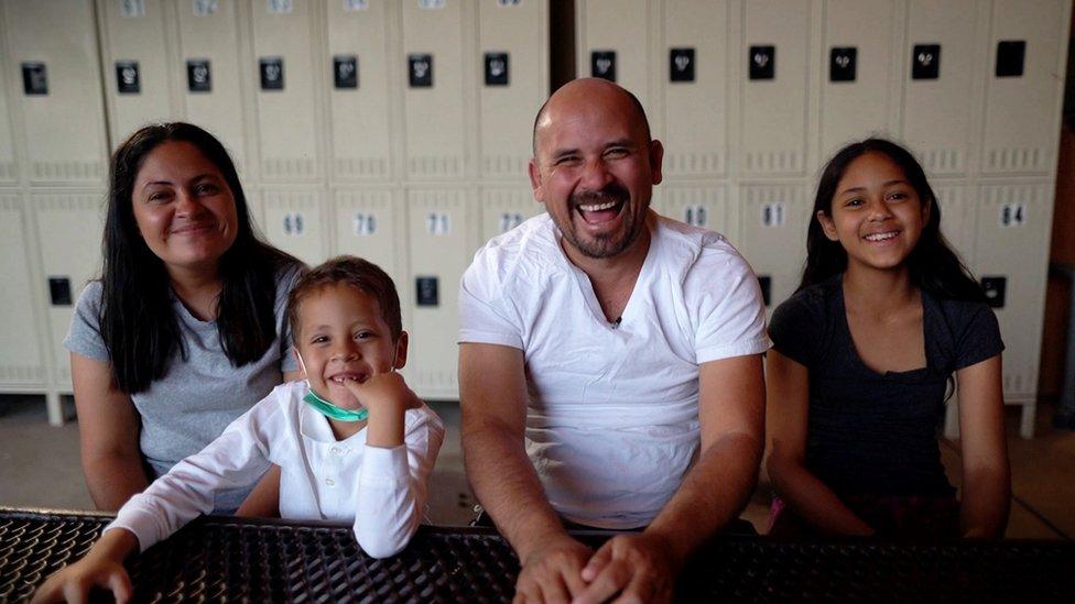 """La familia Meza migró desde Nicaragua. De fe cristiana, los adultos quisieron hacerle ver a su hijo más pequeño que el viaje era """"una aventura""""."""