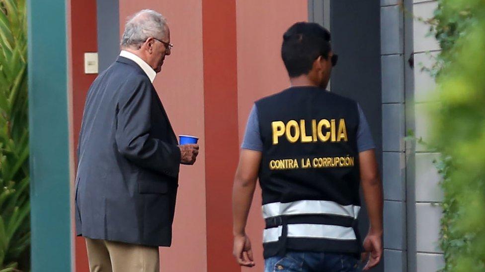 Pedro Pablo Kuczynski, junto a un agente de policía.