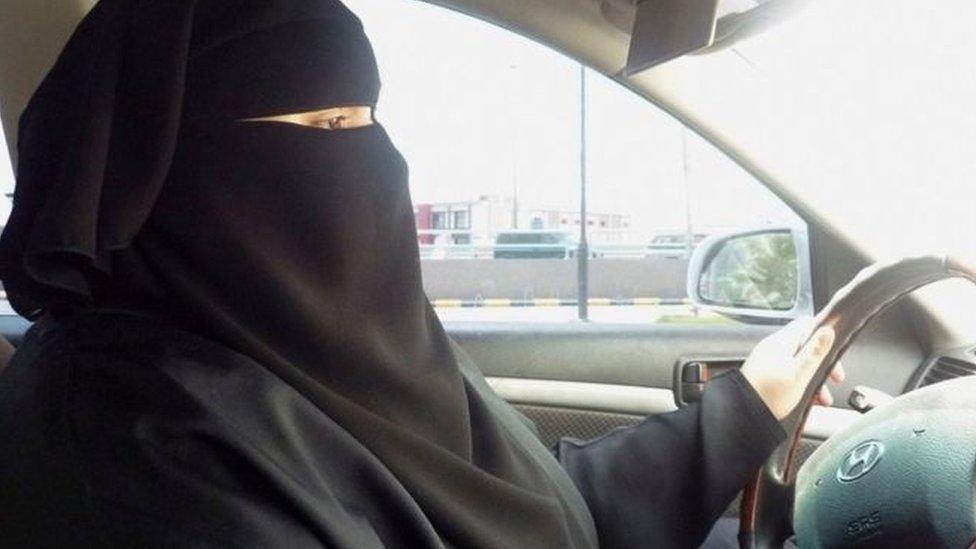 بدأ تطبيق قرار الملك سلمان بن عبد العزيز بالسماح للمرأة السعودية بقيادة السيارة
