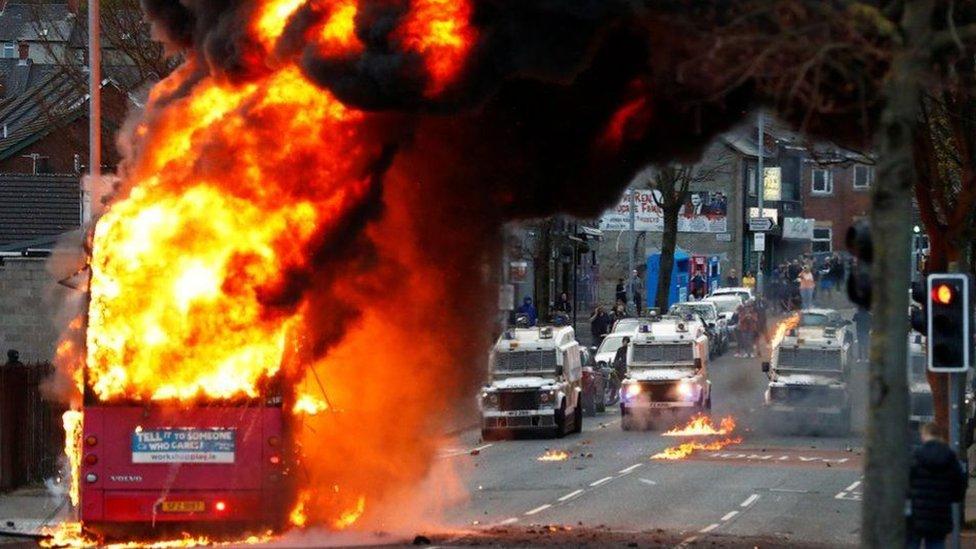 Çarşamba günü olaylar sırasında bir de otobüs ateşe verildi