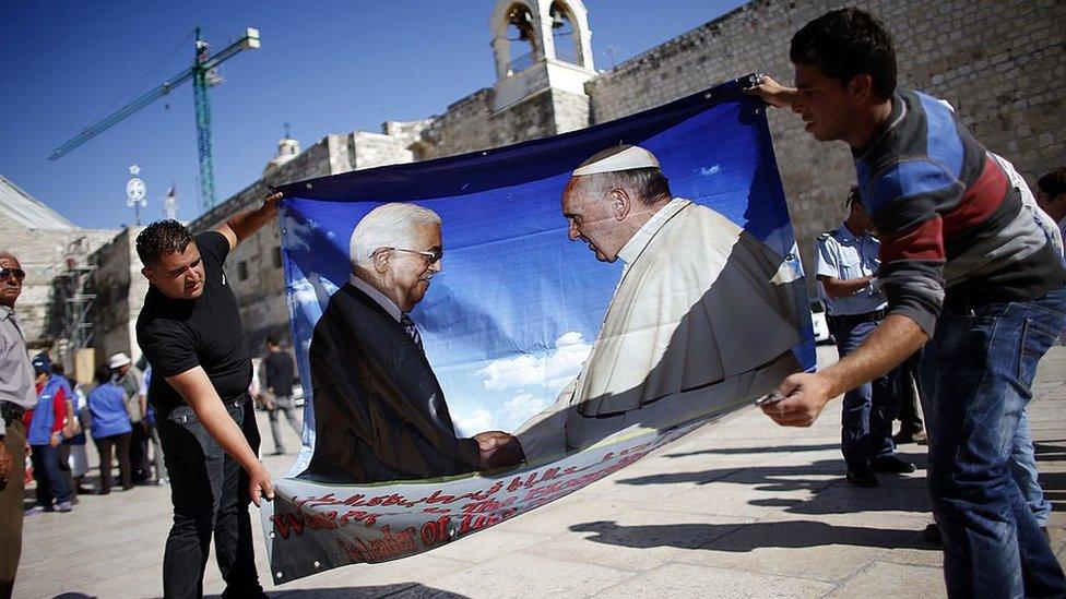 Afiche de Abbas y el papa Francisco.