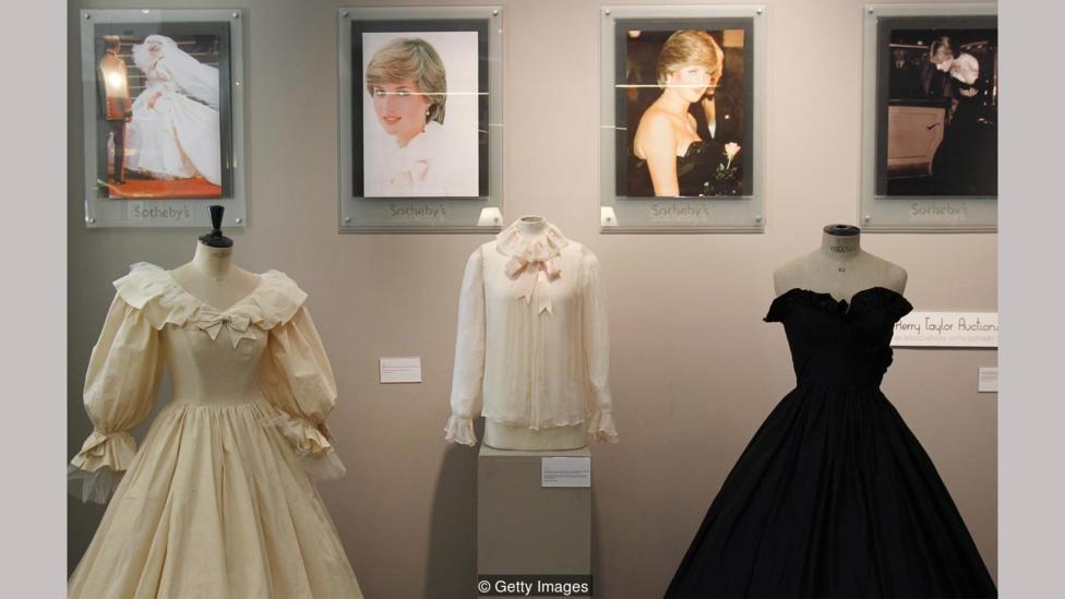 Gaun pernikahan Putri Diana, bersama dengan blus sifon pink dan gaun taffeta hitam yang dikenakannya sebelum menikah  semua dirancang oleh pasangan Emanuel.