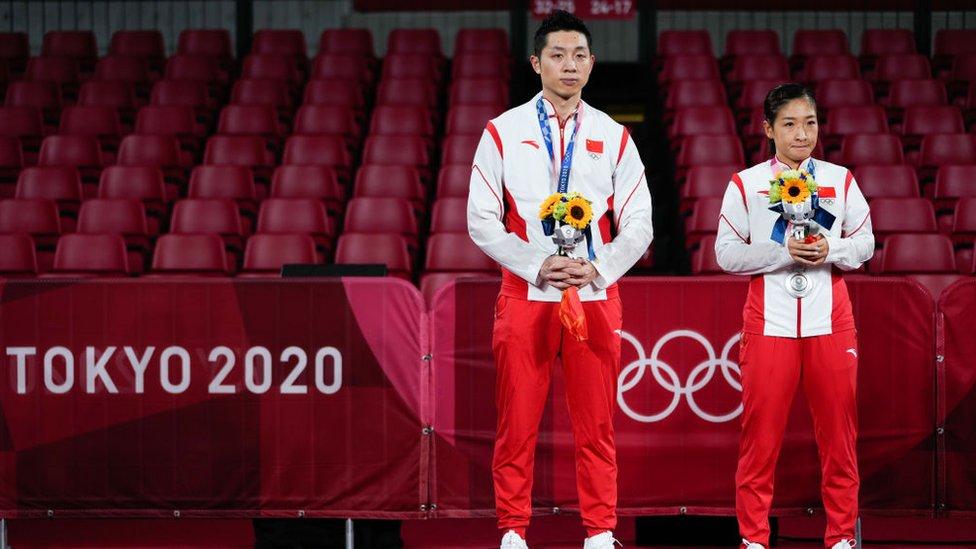 Xu Xin y Liu Shiwen durante la premiación