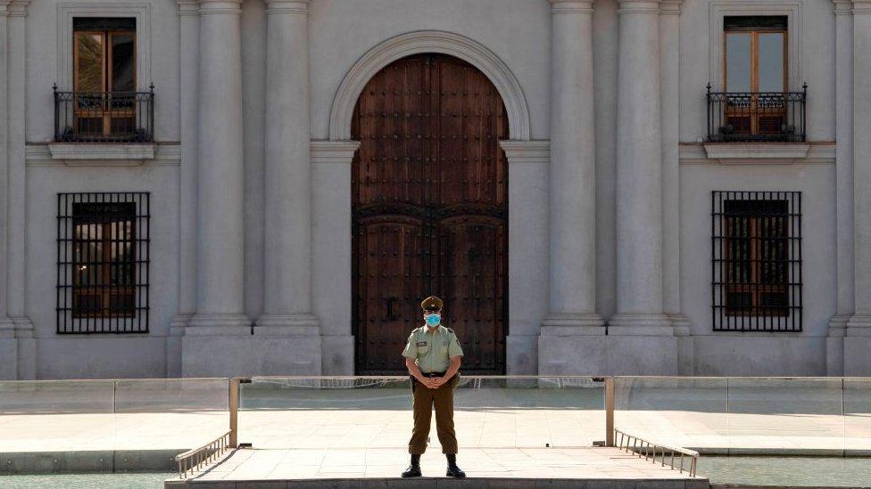 Guardia custodiando el Palacio de la Moneda.