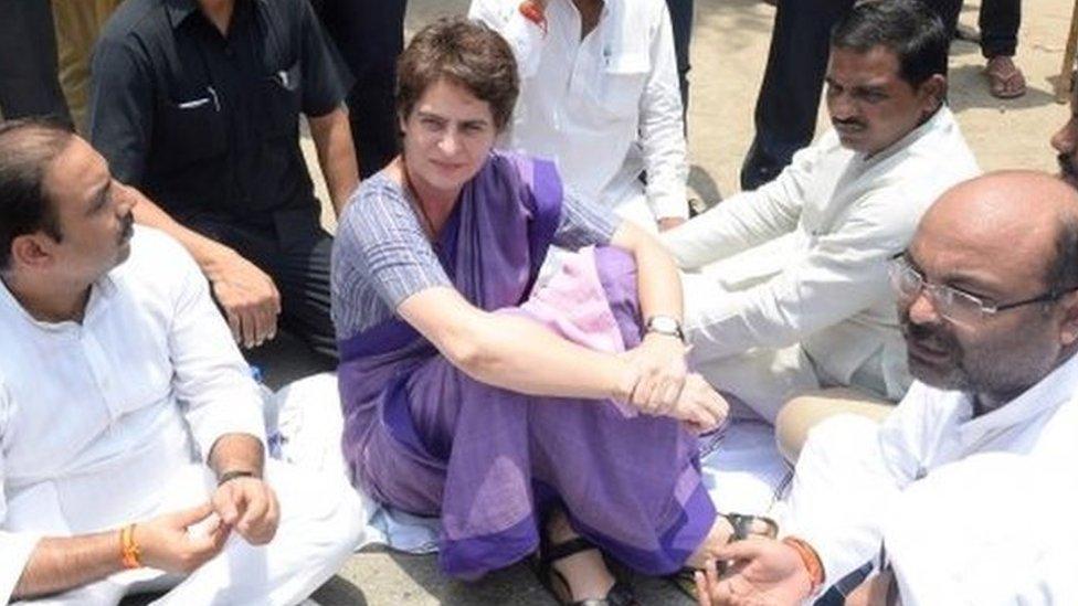 प्रियंका गांधी सोनभद्र जाते समय हिरासत में लिए जाने के बाद गेस्टहाउस में धरने पर बैठीं