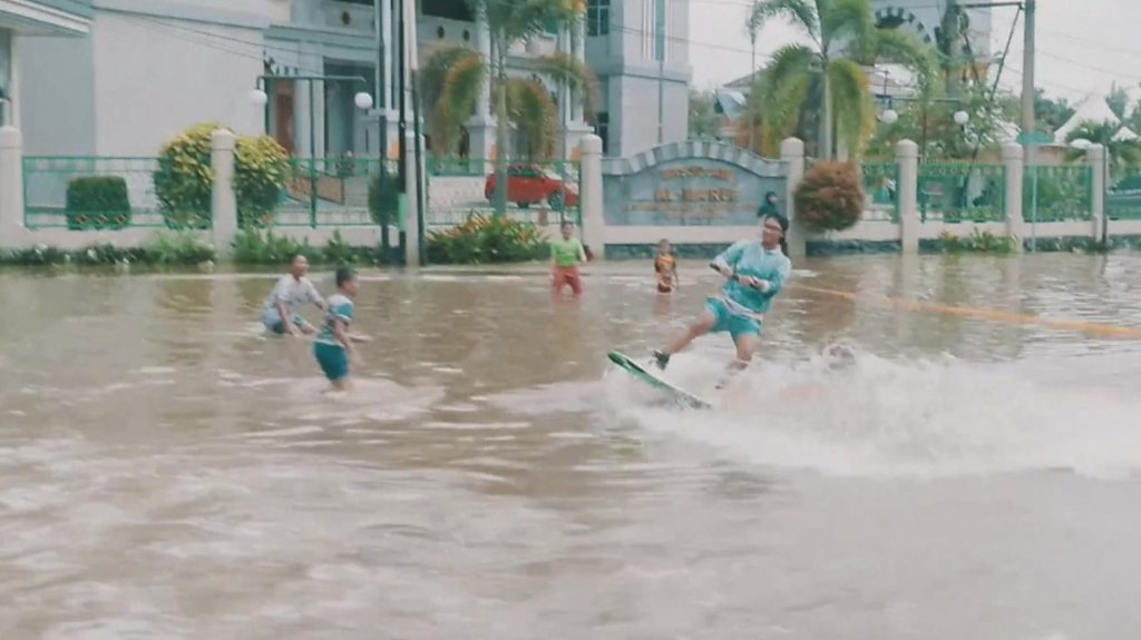 ICYMI: Flood wakeboarding and winery in the sea