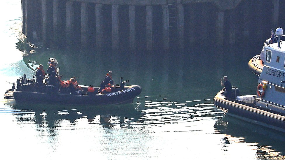 Salı günü Dover'da da bir grup göçmen Manş Denizi'ni geçmeye çalışırken kurtarıldı.