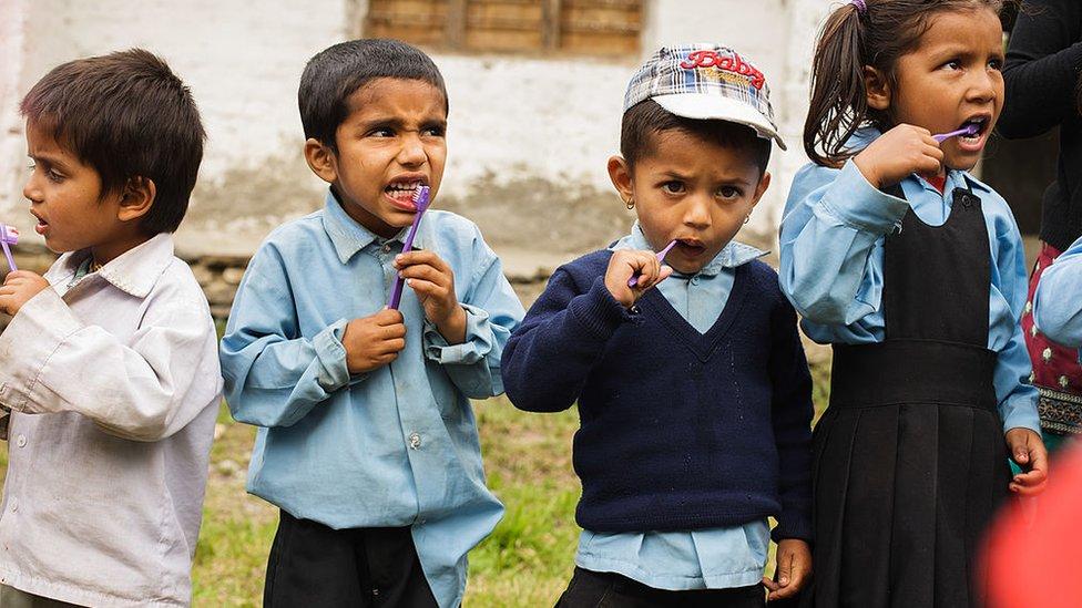 Niños lavándose los dientes
