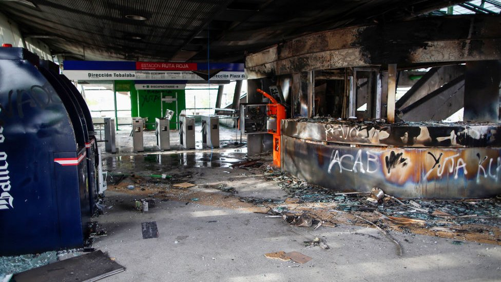 Estación de metro dañada en Santiago de Chile.